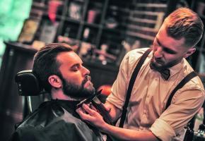 Laissez-vous chouchouter par les mains expertes des barbiers genevois  et goûtez à un moment de détente hors du temps. GETTY IMAGES/G-STOCKSTUDIO