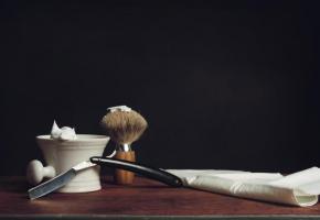 Chez le barbier, le coupe-choux et le blaireau  le disputent aux baumes et huiles hydratantes  pour des soins sur mesure. GETTY IMAGES/GUTZEMBERG