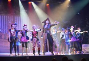 Sonia Grimm dans un concert live, avec les enfants de l'association «J'aime la scène». DR