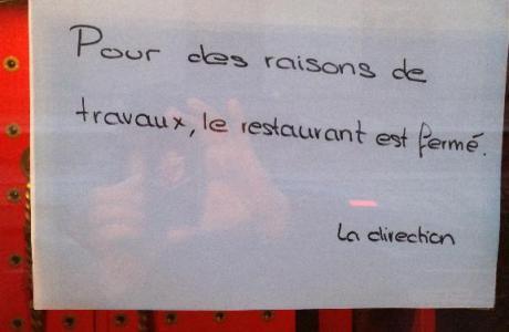 L'affichette placardée sur la porte du bar n'est pas vraiment claire. DR