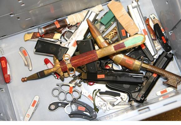Un échantillon des armes saisies sur des gens, notamment durant leur virée nocturne. POLICE/DR Les douaniers saisissent aussi des armes. DR