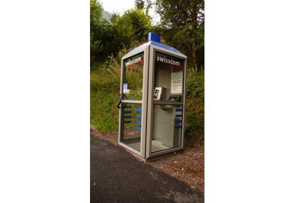 N'insérer surtout pas une carte bancaire dans une cabine téléphonique à la demande d'un inconnu. DR