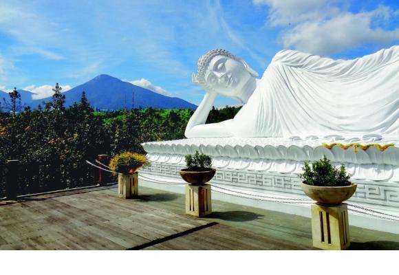 Spectaculaire Bouddha couché au temple de Vihara Dharma Giri