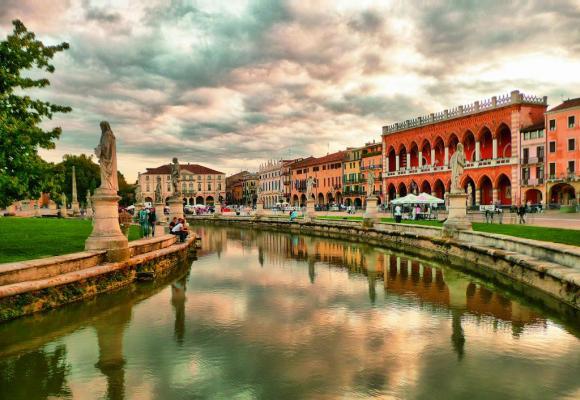 Le Prato della Valle de Padoue, la plus grande place d'Italie et l'une des plus grandes de toute l'Europe.dr