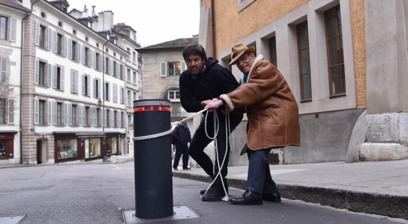«Ces bornes dépassent les bornes!» Fabrice Letellier, directeur de la boutique «Black Out Genève», et Jean-Yves Glauser, patron du restaurant de l'Hôtel-de-Ville. PASCAL BITZ